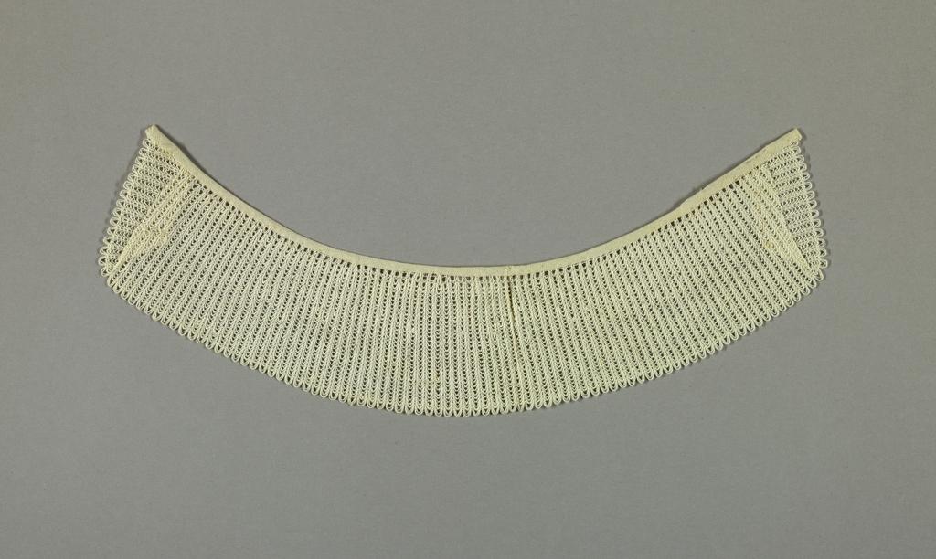 White round collar.