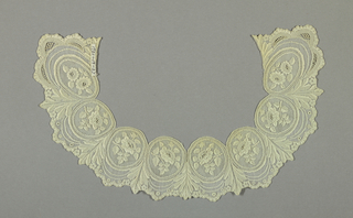 Collar in a pattern of medallions containing roses set in a scalloped border.