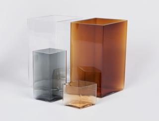 Short diamond shaped copper-toned body of transparent glass.