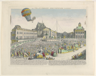 A large crowd gathered in the courtyard of the Chateau at Versailles watches a flaming balloon overhead. Below, lengthy description in French and German. At top: the title (in reverse).
