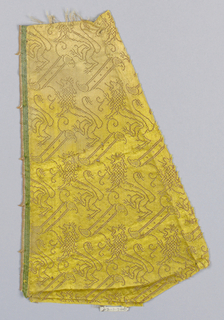 Lions and diagonal bars in yellow. Green selvage at laft.