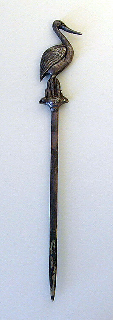 Pointed straight blade and stork form terminal.