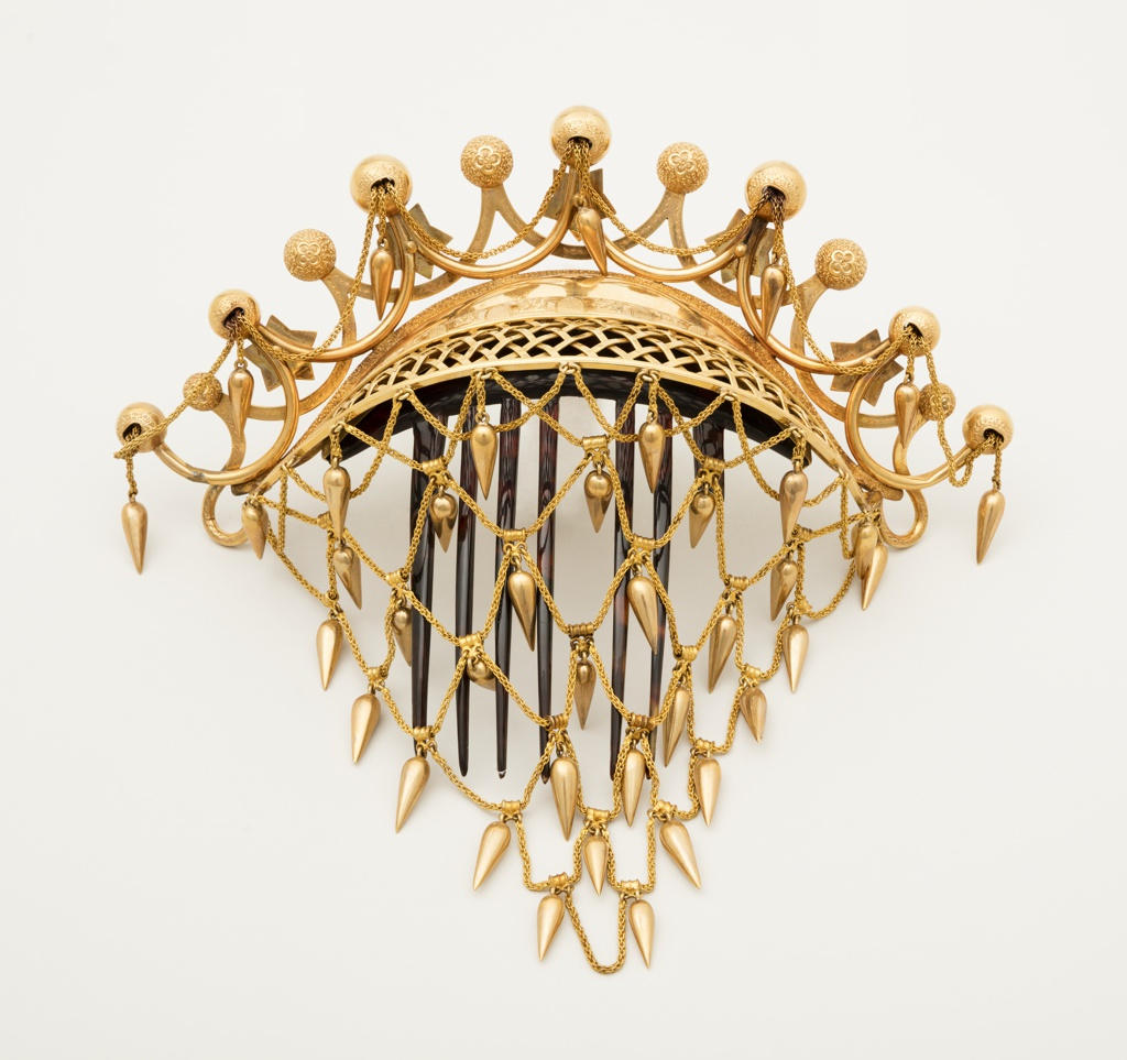 Ornamental tortoiseshell comb with chignon netting of gold arranged as scallops with ball and star motifs.