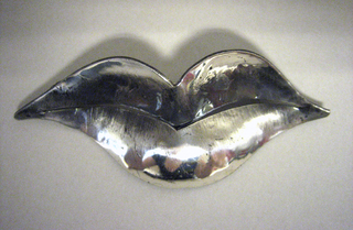 Brooch in the form of a pair of lips.