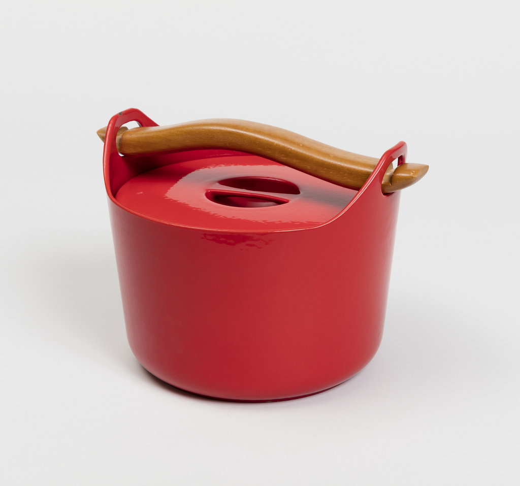 Lidded cast iron pot with a detachable curved wooden handle