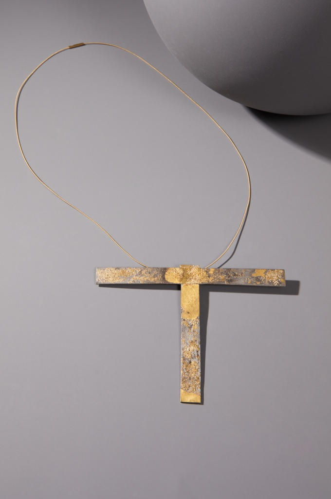Necklace with T-form pendant composed of two pieces.