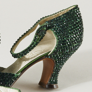 Pair of evening sandals in green silk satin entirely paved in emerald crystal brilliants