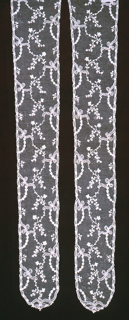 Design shows serpentine garlands of small-scale flowers and leaves with connecting bow-knots in repeat pattern. Fond: réseau, cordonnet. Modes: portes.