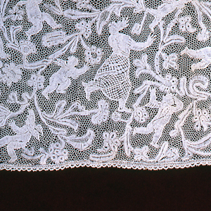 Narrow flounce of bobbin lace with a design depicting classical figures amid foliage (Daphne and Apollo?).