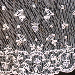Border with floral sprays in small scale allover pattern. Fond: brides tortillée. Modes: point mignon, enchainettes, semé de Larmes.
