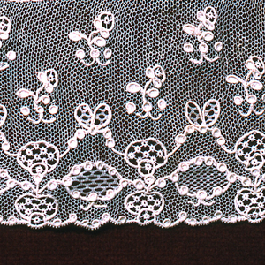 Shaped border with repeated undulating forms connected by stylized garland. Fond: bride tortillée. Modes: enchainettes, point mignon, mosaique.