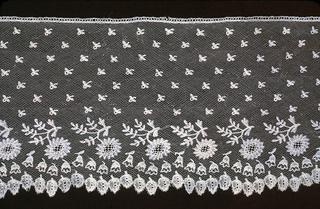 Border of bobbin fond with appliqué floral sprays and semé de larmes. Fond: Droschel with needle lace appliqué.