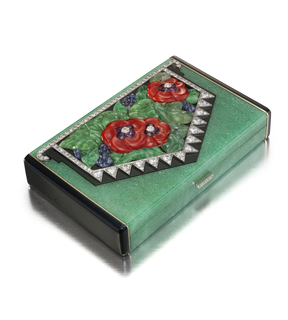 Rectangular vanity case of aventurine with black enamel sides, with a central motif in the form of a hanging banner featuring a floriate motif of coral poppies; diamond-set clasp; two compartments for powder and rouge and a central detachable lip-stick holder and a fitted mirror