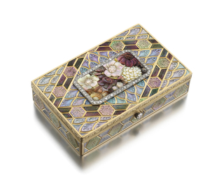 rectangular with lozenge shaped design, the top centered by a carved floral arrangement of Shibayama technique surrounded by diamond border; the interior fitted with two compartments for powder and an opening for a comb