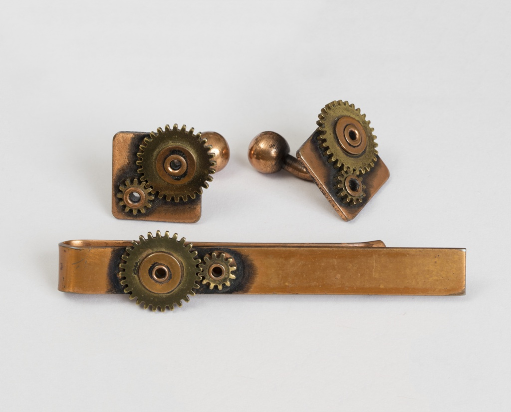 Tie clip and matching cufflinks with moveable gears