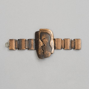 Bracelet made of links with a center motif of two heads kissing