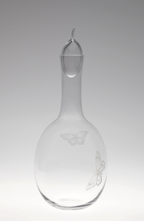 Mouth-blown glass decanter with stopper with engraved butterfly.
