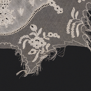 Lace insertion with a central medallion containing the imperial shield of Napoleon I, surrounded by small floral sprays, in a net ground. Made in Lille style with heavy thread.