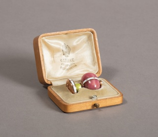 Composed of a melon-shaped rhodonite held by a white enamel strap and set with a pearl on top. Mounted on a round base with a green enamel top, white enamel belt and gold base engraved with an order.