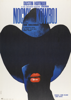 "On crème background, a midnight-blue toned black-and-white photograph of a person's head in a wide-brimmed cowboy, the lips accentuated in lipstick-red. Starting top center, the inscriptions: ""DUSTIN HOFFMAN / w filmie amerykanskim nagroozonym OSKAREM / NOCNY KOWBOJ / rezyseria: / JOHN SCHLESINGER /  w pozostalych rolach: / john voight, sylvia miles, / brenda vaccaro"". And at lower left: ""produkcia: jerome hellman / -- united artists""."