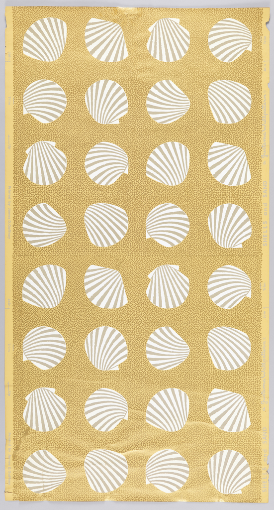 On beige ground, full of irregular dots of metallic gold, gray and white oversized scallop shells arranged in four regular rows per width.
