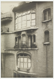 Photograph depicting three sets of windows on the facade of the house of Hector Guimard.