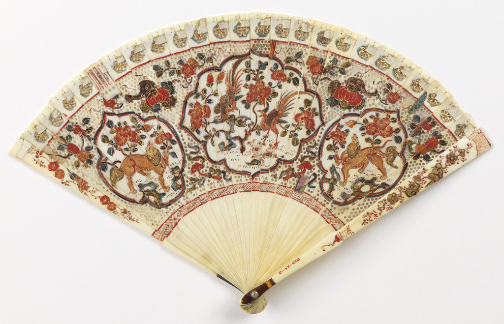 Brisé fan with ivory sticks carved à jour, decorated on obverse and reverse with birds, animals and foliage (phoenixes, dragons, and the emblems of the Chinese empress and emperor, against peonies) in red, green, blue and gilt enamel. With a tortoiseshell thumbguard and a glass stone at the rivet, threaded with leather ribbon.