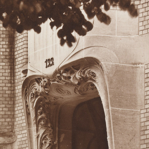 A photograph showing an entrance to Hector Guimard's home on Rue Mozart.
