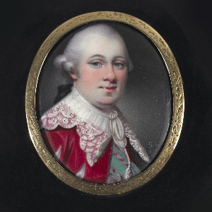 Oval hinged tortoiseshell box, gold rim and frame; enamel portrait of a man in a red coat, slashed; white collar, green band; white wig.