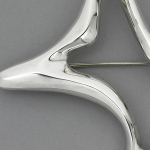 Outline of star-like shaped brooch.