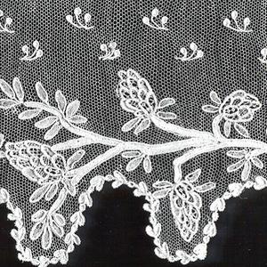 Scalloped border showing continuous branch of cone-shaped blossoms. Fond: réseau ordinaire. Modes: enchainettes, Point Mignon, Semé de Larmes.