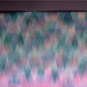 Imbricated diamonds superposed in vertical lines of varying width. Pinks and blues.