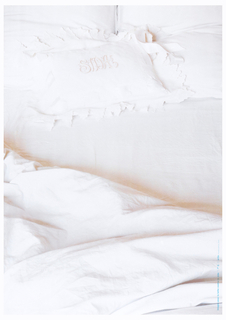 Poster shows cropped close-up of a bed with bright white sheets. Embroidered on the pillow case, in script: SIDA (AIDS).