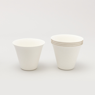 Single-use, white, biodegradable and compostable cup, oil- and water-resistant.