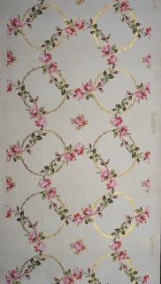On beige ground, trellis made up of gold wreaths with pink blossoms and green leaves. Flitter paper.