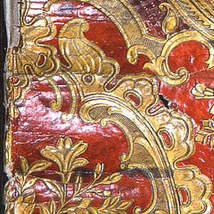 Large cartouches of scrollwork and auricular style ornament framing realistic bouquets of flowers. These are connected by 'rococo' scrollwork extensions (with some enclosing areas of embossed diaper pattern) which suspend garlands of flowers (roses and sprays of daisy-like blossoms). Small floral sprays above garlands. ; printed in metallic gold and lacquer red.